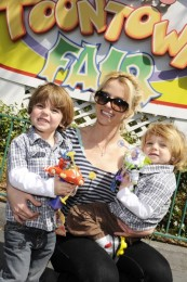 BRITNEY SPEARS AND FAMILY AT DISNEY WORLD