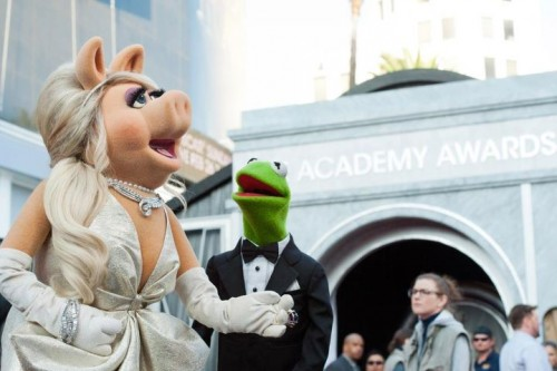 Miss Piggy and Kermit arrive on the Red Carpet. The show can officially begin.