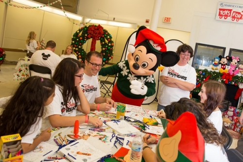 Disney Toys For Tots : Disney voluntears deliver toys to for tots