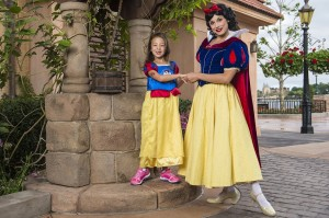 MODERN FAMILY CHILD ACTRESS AUBREY ANDERSON-EMMONS MEETS SNOW WHITE AT DISNEY WORLD