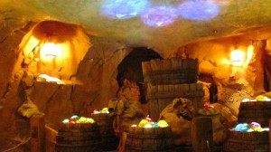 03-seven-dwarfs-mine-train-queue-barrels-1280