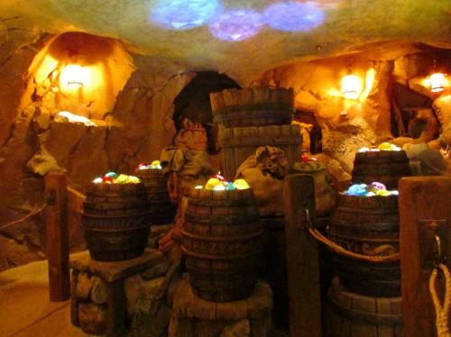 03-seven-dwarfs-mine-train-queue-barrels