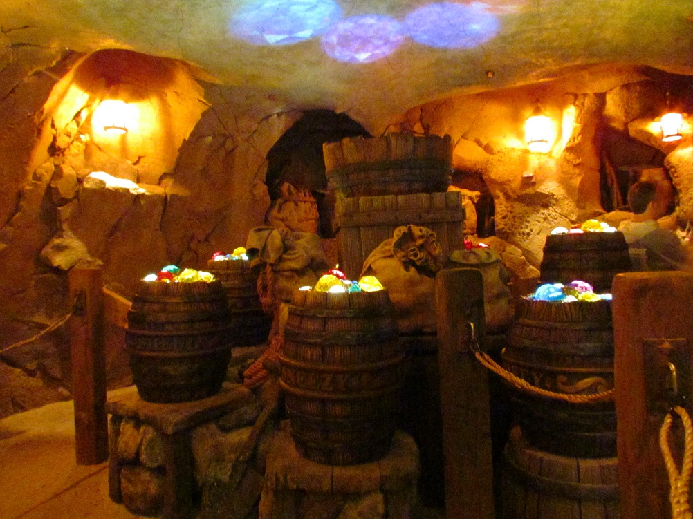 03-seven-dwarfs-mine-train-queue-barrels