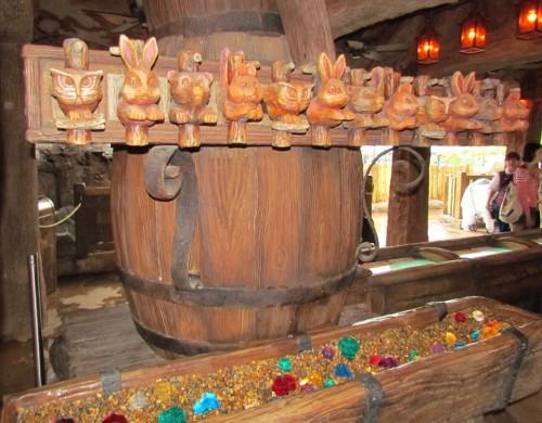 03-seven-dwarfs-mine-train-queue-pipe