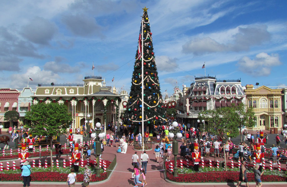 peak-christmas-magic-kingdom